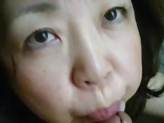 Chinese mature woman eat put..
