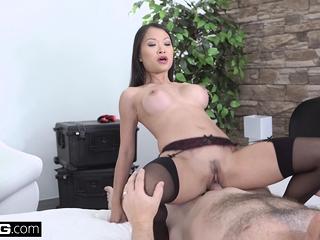 Elegant Asian Pussykat gets..